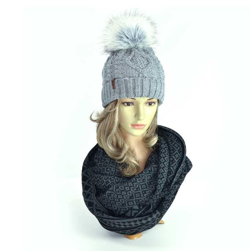 czapki-zimowe-szary-z-pomponem